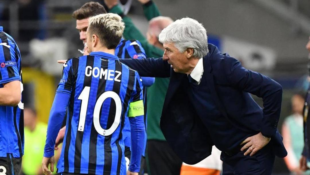 Gian Piero Gasperini dà istruzioni a Gomez. Lapresse